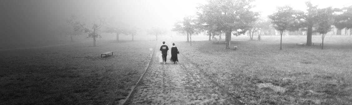 濃霧の中を歩くカップル - プリンスショッピングプラザにて