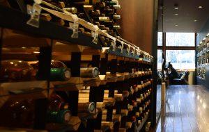 約300種類の自然派ワインが並ぶ