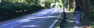 軽井沢でシスターが歩く光景