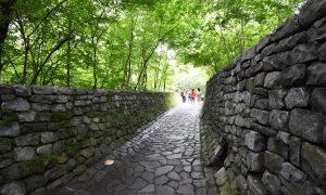 石の教会石畳の道