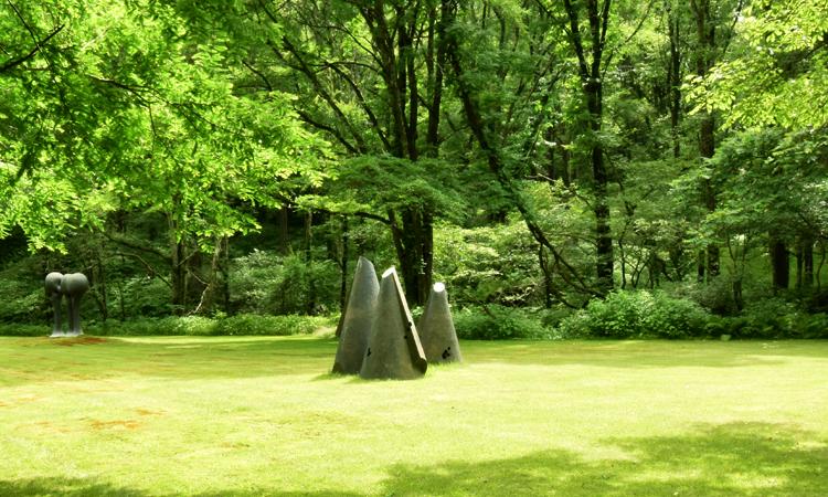 セゾン現代美術館庭園